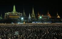 บรรยากาศพสกนิกรชาวไทยมาร่วมจุดเทียนร้องเพลง